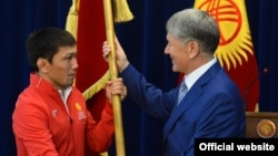 Президент Алмазбек Атамбаев Рио-де-Жанейродо өтүүчү жайкы Олимп оюндарына Кыргызстандын атынан барчу спортчуларды кабыл алды. Анда командасынын капитаны, спортчу Арсен Эралиевге өлкө туусун тапшырды.