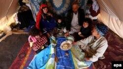 Աֆղանստան - Ներքին տեղահանված ընտանիք ժամանակավոր կացարանում, Հերաթ գավառ, ապրիլ, 2017թ․