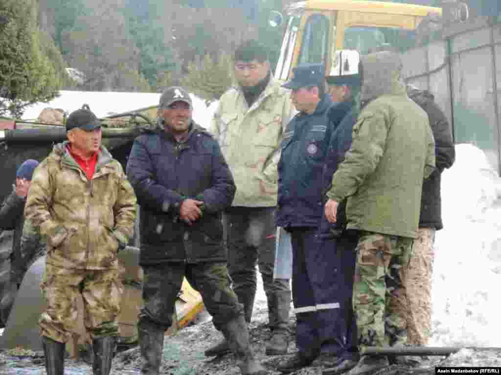 К спасательной операции привлечены местные жители, МЧС и сотрудники предприятий области. Всего, 200 человек.