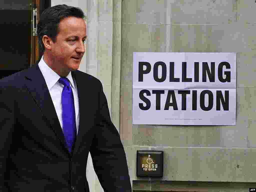 Прем'єр-міністр Великобританії Дейвід Камерон виходить з виборчої дільниці, 5 травня. Британці у цей день взяли участь у цілій низці різних голосувань. Причому кількість бюлетенів для голосування, які треба було заповнити, була різна по всій країні залежно від місця проживання виборця. Photo by Carl de Souza for AFP