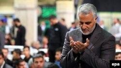 Генерал-майор Гасем Солеймані молиться під час релігійної церемонії в Тегерані, фото 27 березня 2015 року
