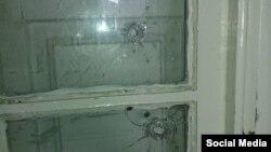 Пробоины в окне на месте инцидента в Баку. 26 ноября 2015 года.