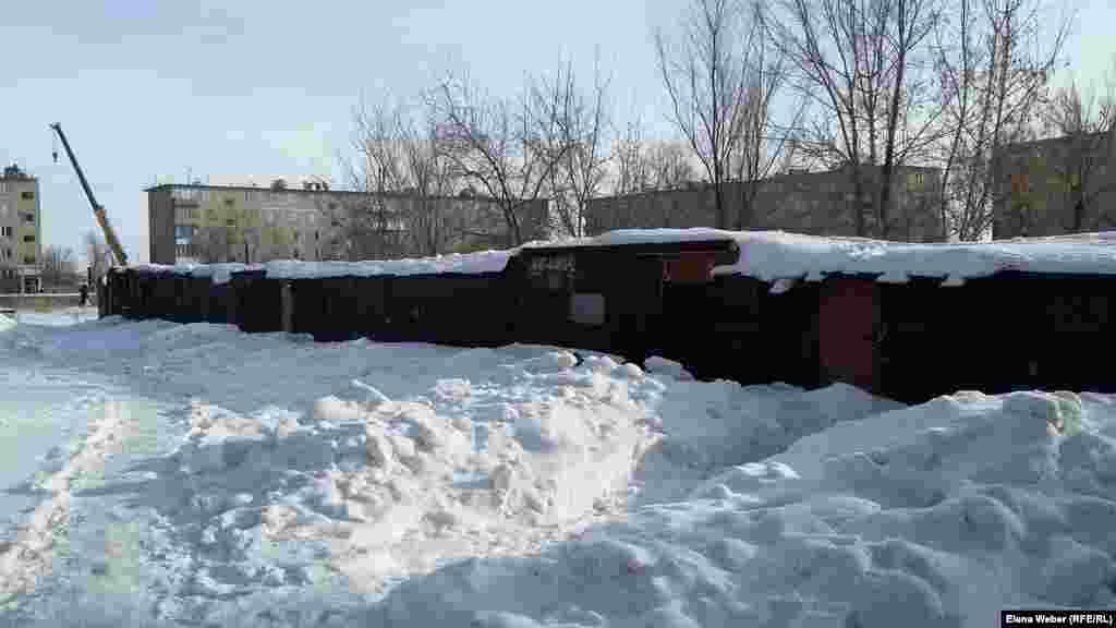 """""""Углярки"""", где хранится уголь, который местные жители используют в качестве обогрева в многоэтажных домах. Карагандинская область, 10 января 2017 года."""
