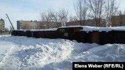 """""""Углярки"""", где хранится уголь, во дворе многоэтажных домов. Поселок Шахан, Карагандинская область, 10 января 2017 года."""