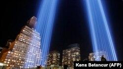 Нью-Йорктогу бул түнкү шоола да 2001-жылдын 11-сентябрындагы террактын курмандыктарын эскерүү үчүн берилүүдө. 10-сентябрь, 2017-жыл.