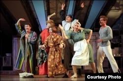 Марат Әбдрәхимов Норд Ост мюзиклында Муса ролендә сулдан беренче, үзбәк халатында
