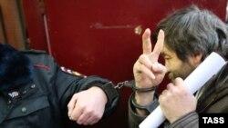 Сергея Мохнаткина выводят из суда.