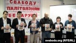 Удзельнікі форуму з партрэтамі Паўла Вінаградава