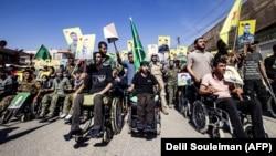 Бійці з курдських підрозділів беруть участь у марші проти вторгнення Анкари у прикордонному з Туреччиною місті Камишлі на північному сході Сирії, 8 жовтня 2019 року