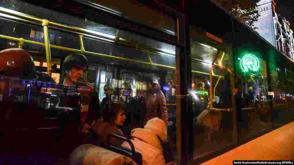 Інсталяція відображається у вікні автобуса