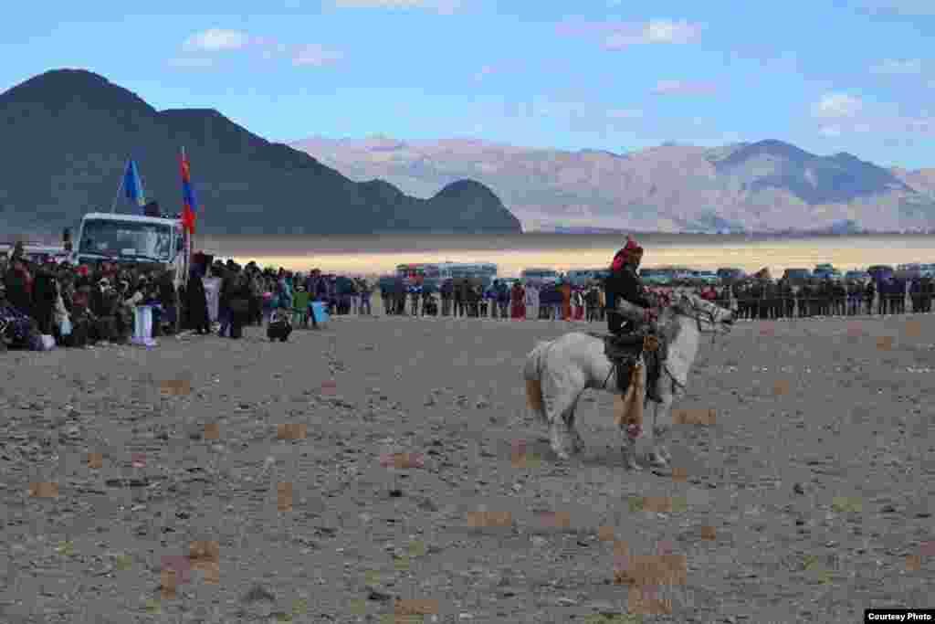 Ұстаған аңын бөктерген атты адам.5 қазан, 2014 жыл. Моңғолия. Баян-Өлгий аймағы.