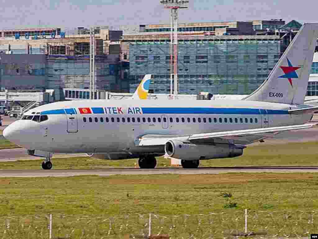 """Ҳамин Боинг 737-и ширкати қирғизии """"ИтекЭйр"""" аст, ки дар фурудгоҳи Бишкек суқут кард."""