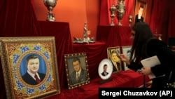 Янукович қашқаннан кейін резиденциясынан табылған заттар көрмесі. Киев, сәуір 2014 жыл.