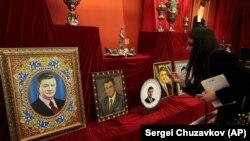 Выставка предметов, изъятых украинскими властями из резиденции Виктора Януковича после его бегства. Киев, апрель 2014 года.