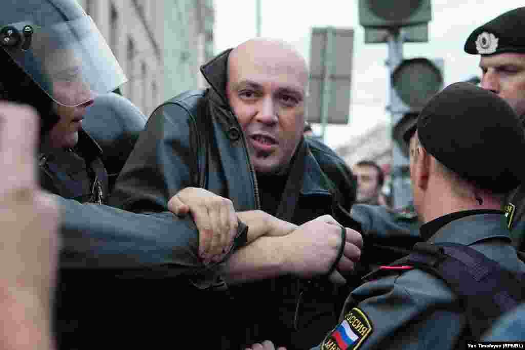 Задержали и сопровождавших Эдуарда Лимонова.