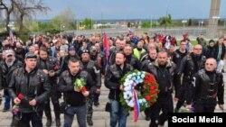 Байкеры несут цветы к мемориалу погибшим советским воинам в городе Брно.