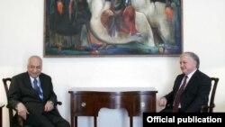 Встреча главы МИД Армении Эдварда Налбандяна (справа) с заместителем генсека Лиги арабских государств Фаделем Мухаммедом Джавадом, Ереван, 21 октября 2013 г. (Фотография - пресс-служба МИД Армении)