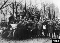 Отряд красногвардейцев на Конногвардейском бульваре, 1917 год
