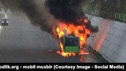 Горящий в Ташкенте автобус, архивное фото.
