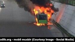 Тошкентда ёнган автобуслардан бири.