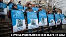 Активисты держат плакаты с фотографиями захваченных Россией украинских моряков и политзаключенных, которых удерживает Россия. Киев, 1 декабря 2018 года