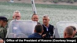 Presidenti Thaçi ka lundruar me anije në Liqenin e Ujmanit