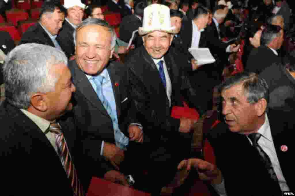 """Ак жол"" партиясынын курултайы Бишкектеги Токтогул Сатылганов атындагы филармонияда өттү. - Kyrgyzstan - Congress of Pro-Presidential Party ""Ak jol"" to nominate K.Bakiev to Presidential Election. 1May2009"