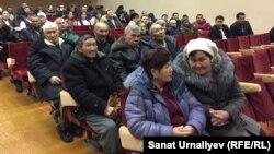 Жители села Березовка слушают отчёт местных властей. Село Березовка Западно-Казахстанской области, 25 января 2017 года.