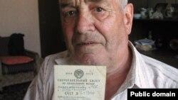 Хаҗип Садыйков сугыш кырында ятып калган әтисенең акчасы күчеп барган кенәгә белән.