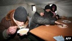 O supă şi un ceai fierbine, într-un cort încălzit la Doneţk