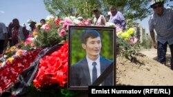 На похоронах журналиста Уланбека Эгизбаева. Нарынская область, 24 июля 2018 года.