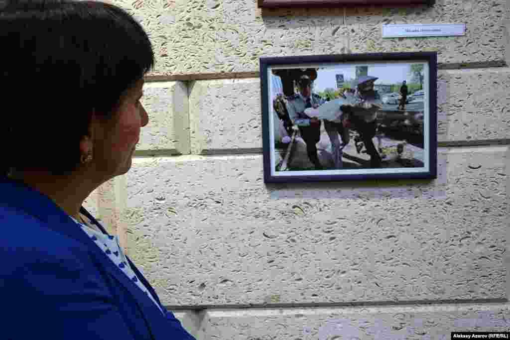 На фотографии Мадины Алимхановой запечатлен момент задержания человека, который пытался выразить свое несогласие с предложенной властями земельной реформой, которая предусматривала продажу земель через аукционы и возможность передачи угодий в длительную аренду иностранцам. Фото сделано 21 мая 2016 года в Алматы.