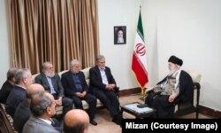 آقای نخاله و تعدادی از اعضای جهاد اسلامی فلسطین به ترتیب ریش در محضر وی