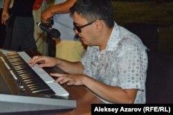 Во время уличного концерта Руслан Башаев исполнял много эстрадных песен, аккомпанируя себе на синтезаторе. Алматы, 4 августа 2018 года.