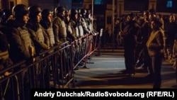 Учасників акції проти затримання «блокадників» торгівлі з ОРДЛО зустрів кордон бійців Нацгвардії біля Адміністрації президента України, Київ, 13 березня 2017 року
