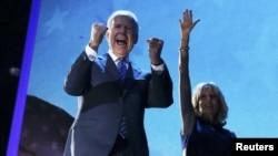 Потпретседателот Џо Бајден со сопругата ја прославува изборната победа.