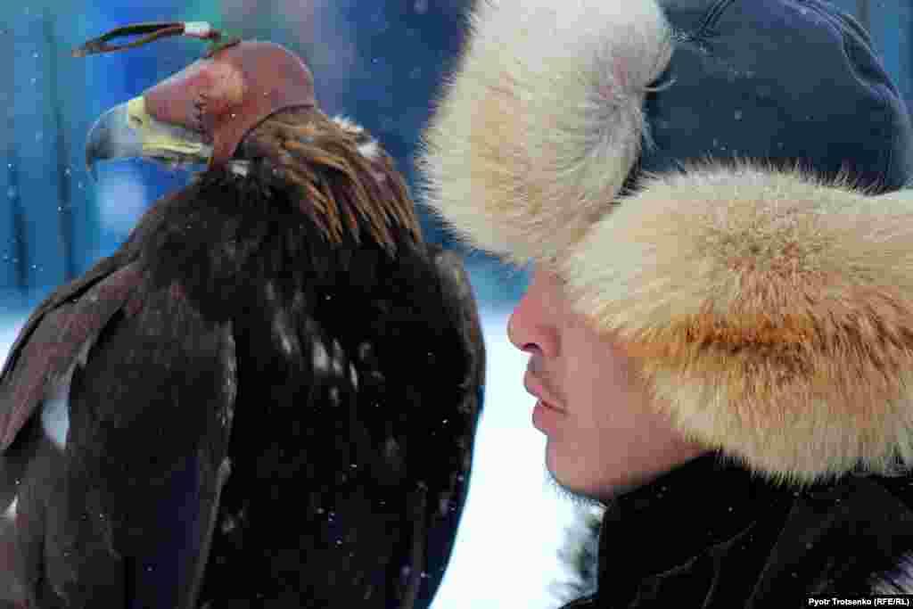 Беркутчи со своей птицей во время турнира.