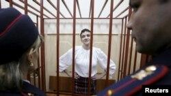 Надія Савченко під час засідання Басманного суду. Москва, 17 квітня 2015 року