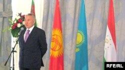 Президент Казахстана Нурсултан Назарбаев открывает саммит глав государств - учредителей международного фонда спасения Арала. Алматы, 28 апреля 2009 года.