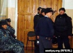 Полицейские на избирательном участке №65. Жанаозен, 15 января 2011 года.