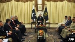 د امریکا د بهرنیو چارو وزیره هیلري کلنټن له خپلې ډلې سره د پاکستان د وزیر اعظم یوسف رضا ګیلاني له ډلې سره ګوري.
