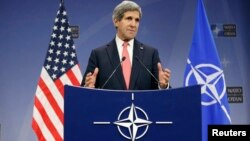 Belgjikë - Sekretari amerikan i shtetit John Kerry gjatë një konference për shtyp në selinë e NATO-së në Bruksel, 3 dhjetor 2013