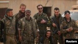 Suriya demokratik kuchlari (SDK) Raqqa shahri yaqinida (2017 yilning 9 aprelida olingan surat)