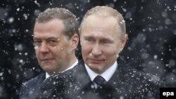 Владимир Путин и Дмитрий Медведев на церемонии возложения цветов к Могиле Неизвестного солдата в Москве. Февраль 2017 года