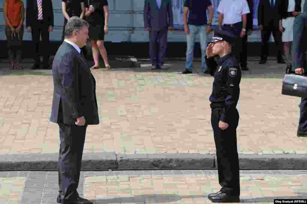 Командир новоствореного патруля Олександр Фацевич вітається з президентом