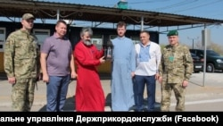 Благодатный огонь в руках архиепископа Климента при въезде в Крым