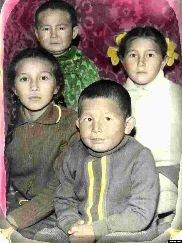 Ляззат со своими сестричками и братиком в далеком детстве.