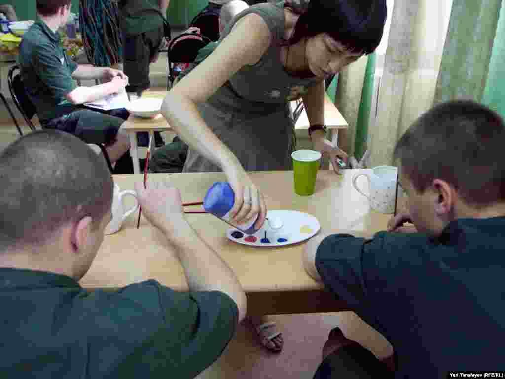 На мастер-классе росписи по керамике в Можайской воспитательной колонии