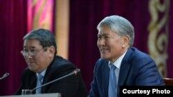 Алмазбек Атамбаев Ысык-Атанын тургундары менен жолугушууда