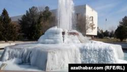 Из-за морозов в Ашхабаде замерзли фонтаны